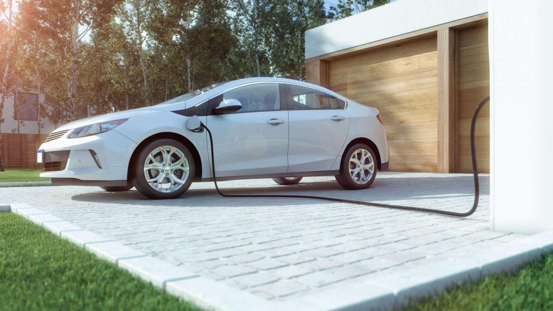 Elektroauto wird an der privaten Ladesäule von e.systeme21 geladen