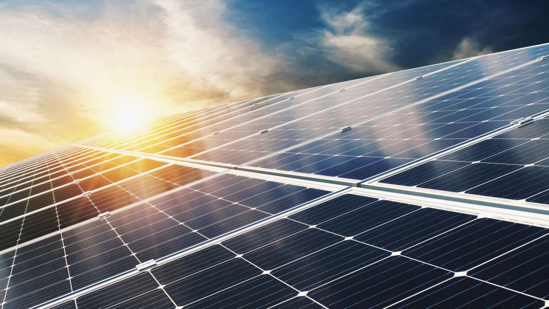 Photovoltaikanlage bei blauem Himmel und Sonnenschein